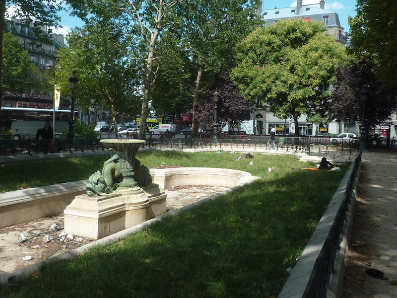 Une des fontaines de la place de la République avant sa destruction par la Mairie de Paris